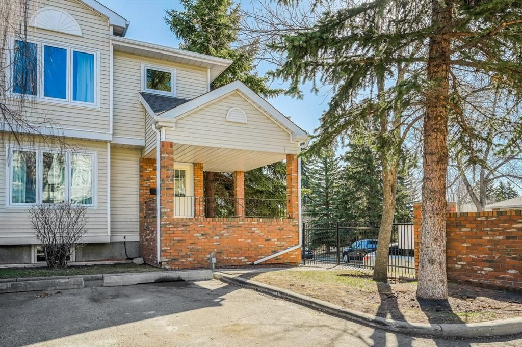 Main Photo: 4 3910 19 Avenue SW in Calgary: Glendale Row/Townhouse for sale : MLS®# A1095449