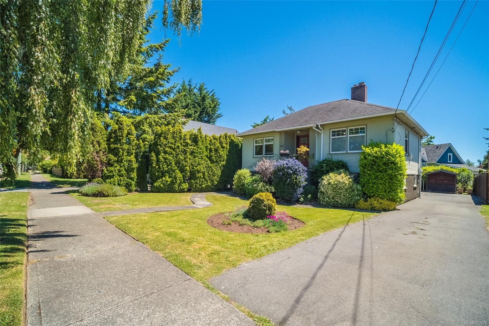 Main Photo: 1615 Myrtle Ave in : Vi Oaklands House for sale (Victoria)  : MLS®# 877676
