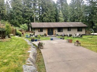 Photo 2: 114 PRATT Road in Gibsons: Gibsons & Area House for sale (Sunshine Coast)  : MLS®# R2574055