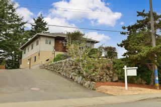 Photo 2: 2536 ASQUITH St in : Vi Oaklands House for sale (Victoria)  : MLS®# 883783