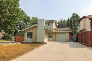 Photo 1: 87 Charbonneau Crescent in Winnipeg: Island Lakes Residential for sale (2J)  : MLS®# 202119408