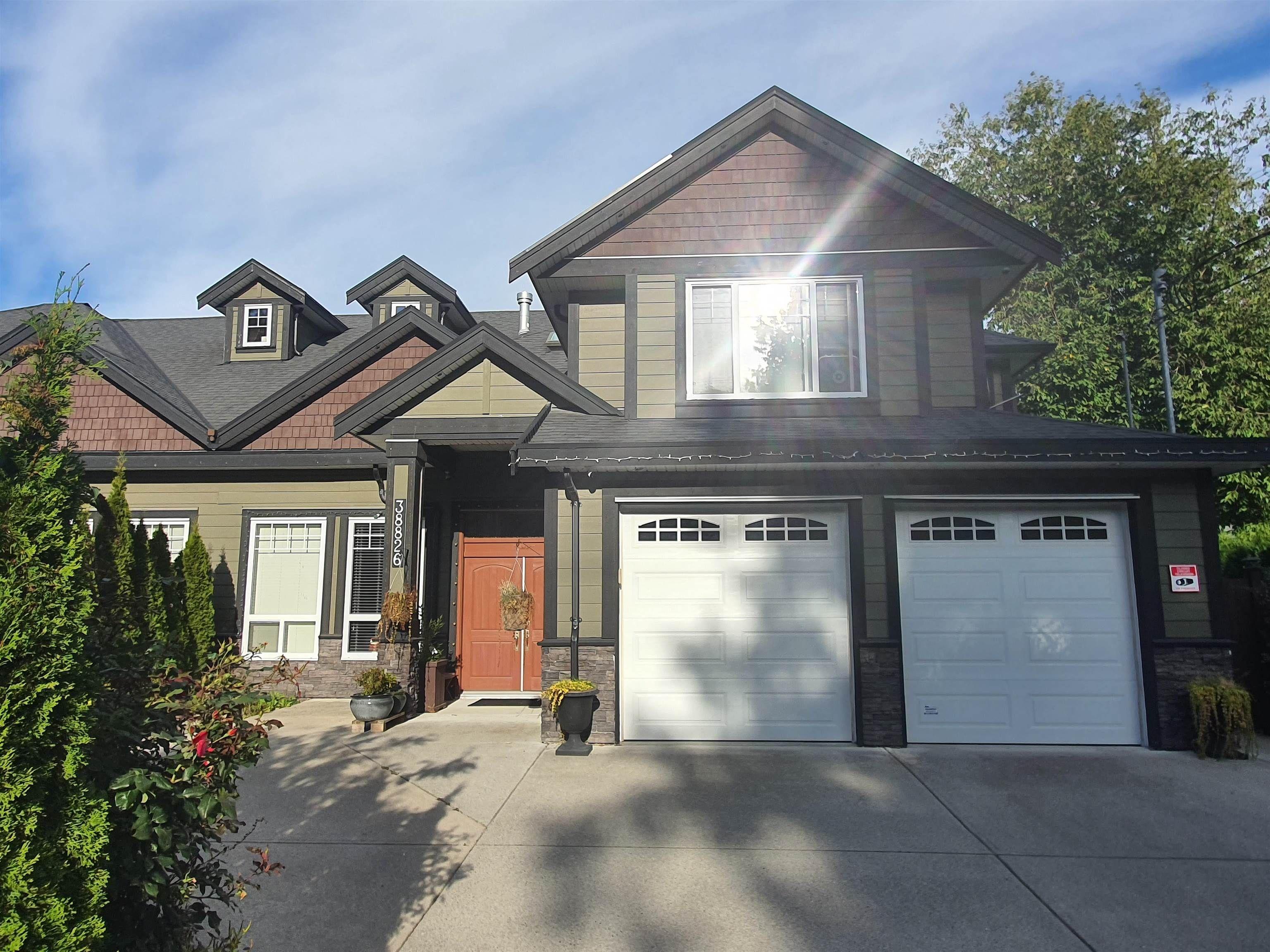 Main Photo: 38826 BUCKLEY Avenue in Squamish: Dentville 1/2 Duplex for sale : MLS®# R2618526