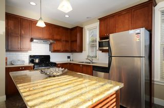 "Photo 2: 229 E QUEENS RD in North Vancouver: Upper Lonsdale Townhouse for sale in ""QUEENS COURT"" : MLS®# V1045877"