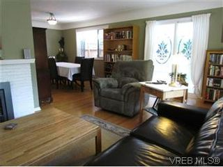 Photo 3: 2205 Victor Street in VICTORIA: Vi Fernwood Residential for sale (Victoria)  : MLS®# 300654