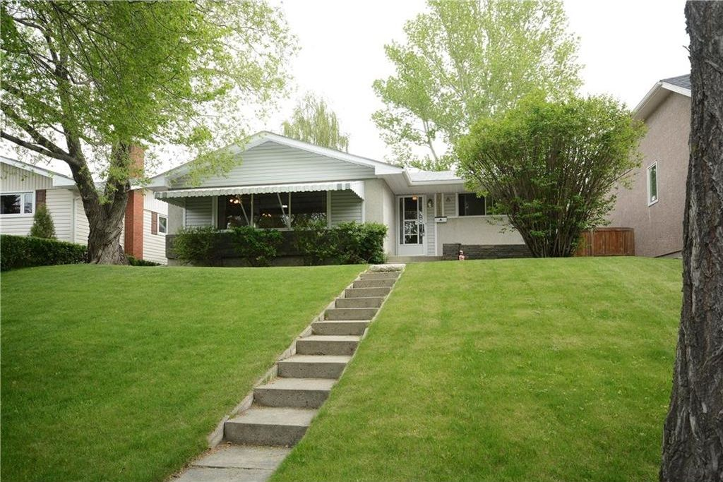 Main Photo: 4716 CHAPEL Road NW in Calgary: Charleswood House for sale : MLS®# C4118313