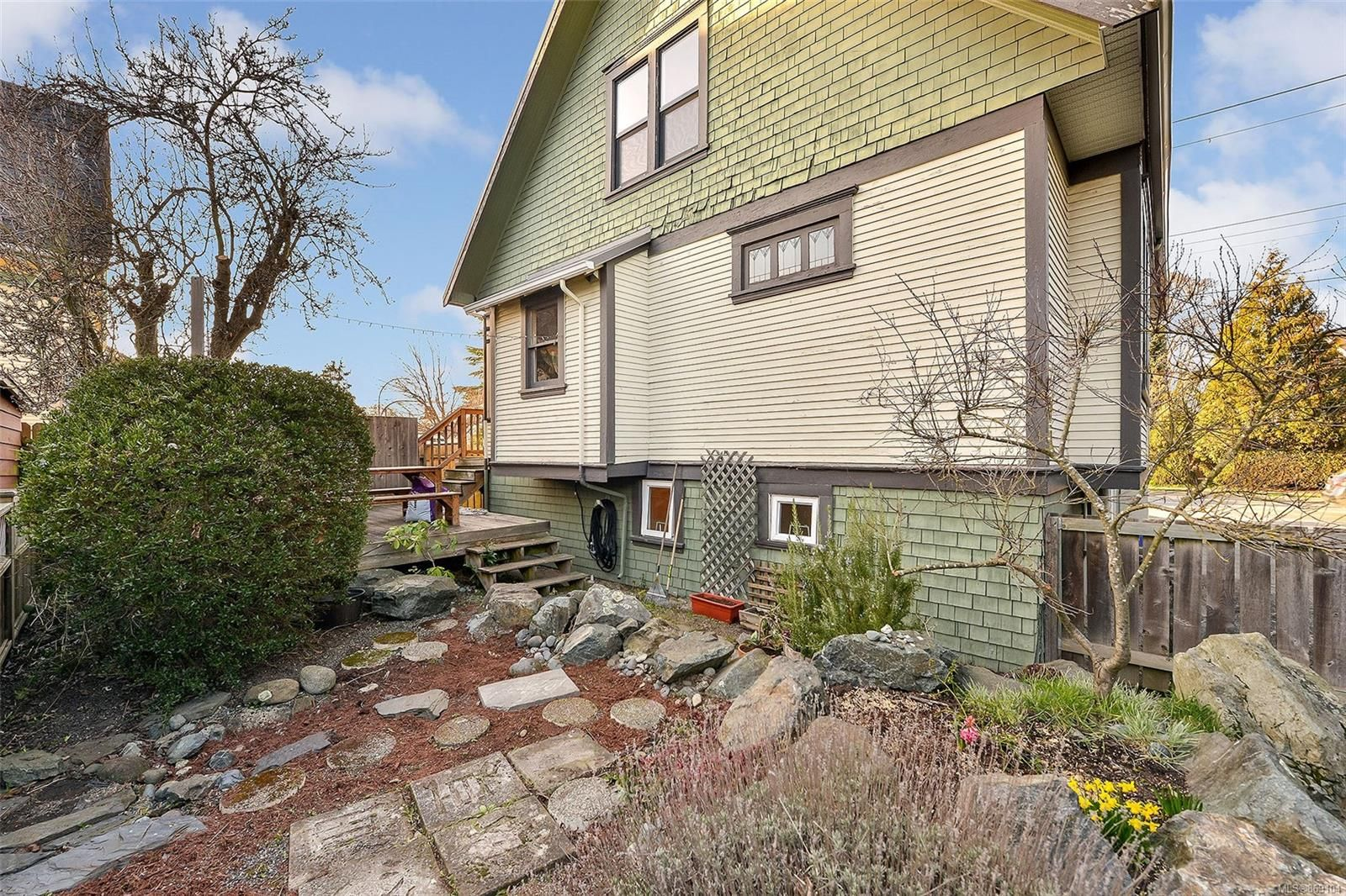 Main Photo: 1025 Bay St in : Vi Central Park House for sale (Victoria)  : MLS®# 869104