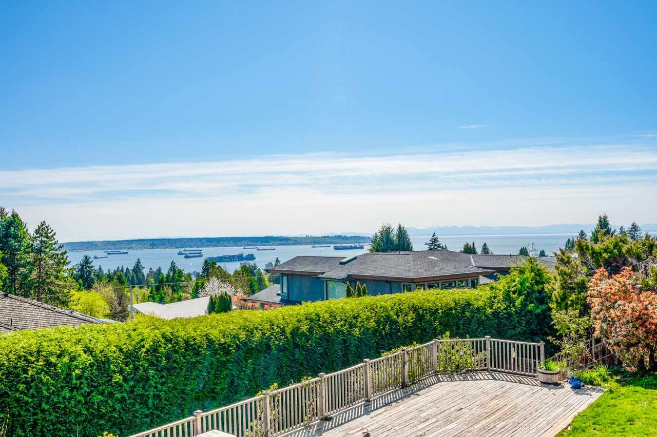 Main Photo: 1720 ROSEBERY Avenue in West Vancouver: Queens House for sale : MLS®# R2570405