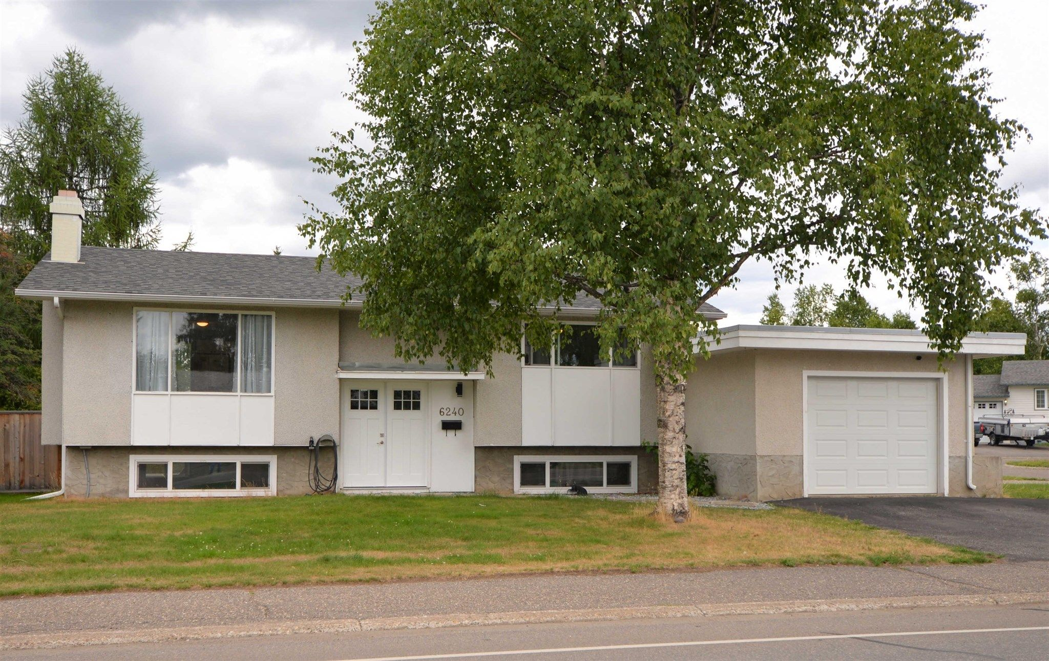 """Main Photo: 6240 SIMON FRASER Avenue in Prince George: Lower College House for sale in """"Lower College"""" (PG City South (Zone 74))  : MLS®# R2608498"""