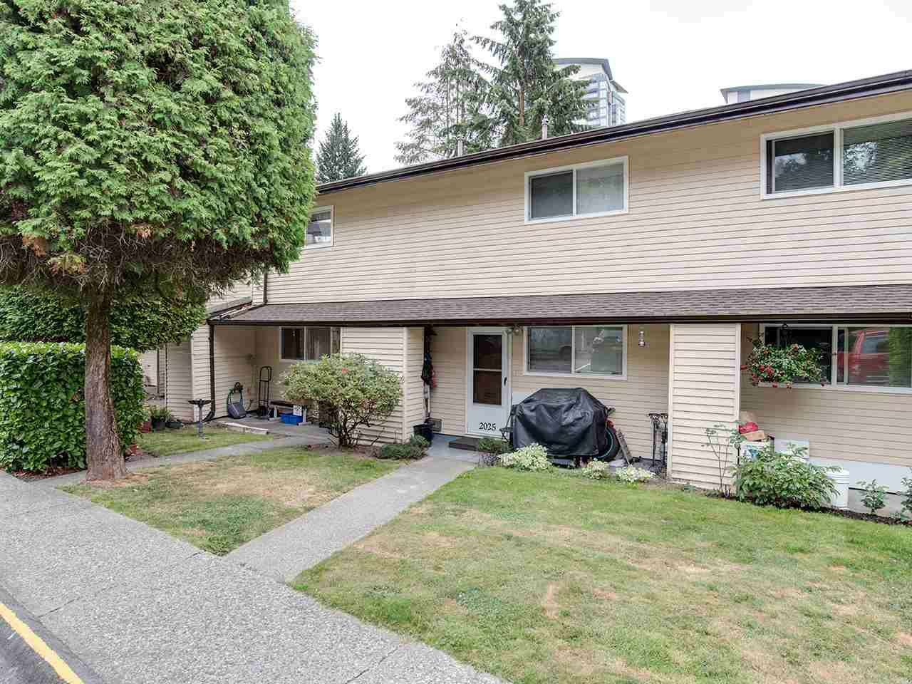 "Main Photo: 2023 HOLDOM Avenue in Burnaby: Parkcrest Townhouse for sale in ""BRENTWOOD GARDENS"" (Burnaby North)  : MLS®# R2394577"
