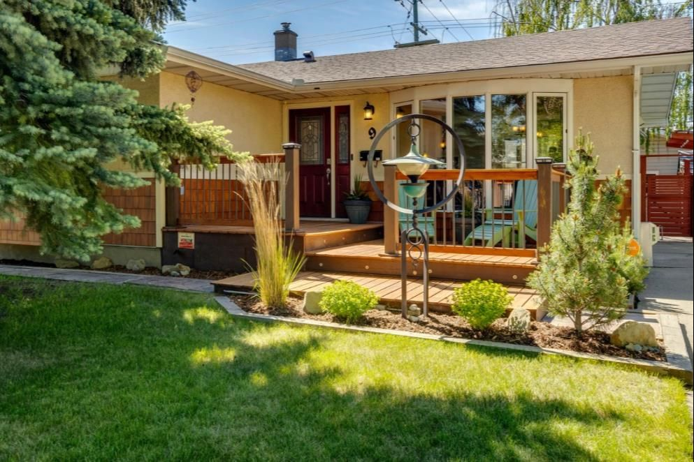 Main Photo: 9 Waskatenau Crescent SW in Calgary: Westgate Detached for sale : MLS®# A1119847