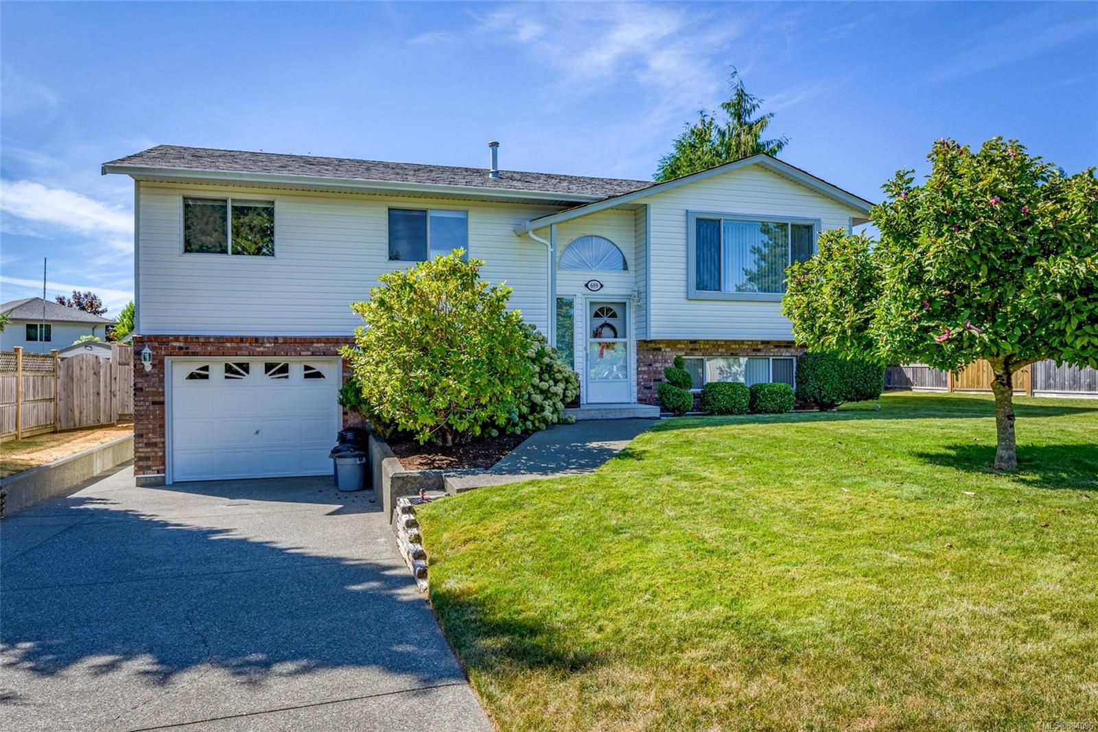 Main Photo: 689 Murrelet Dr in : CV Comox (Town of) House for sale (Comox Valley)  : MLS®# 884096