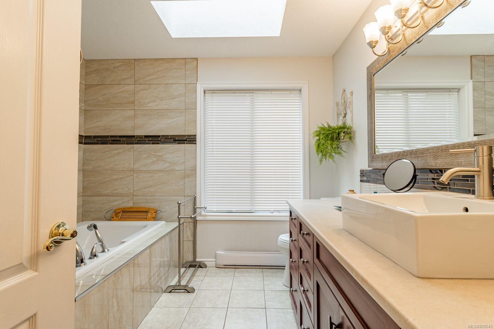 Photo 7: Photos: 1070 Symons Cres in : PQ Qualicum Beach House for sale (Parksville/Qualicum)  : MLS®# 878545