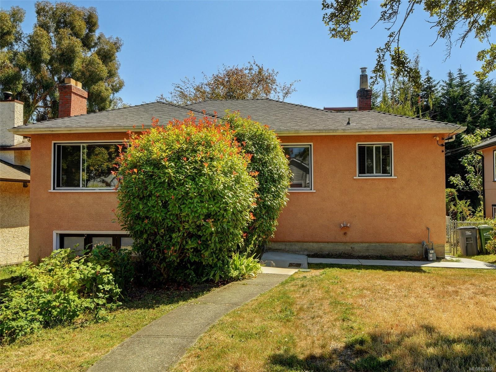 Main Photo: 1529 Westall St in : Vi Oaklands House for sale (Victoria)  : MLS®# 852461