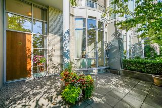 """Photo 5: 112 1228 MARINASIDE Crescent in Vancouver: Yaletown Townhouse for sale in """"CRESTMARK TWO"""" (Vancouver West)  : MLS®# R2609397"""