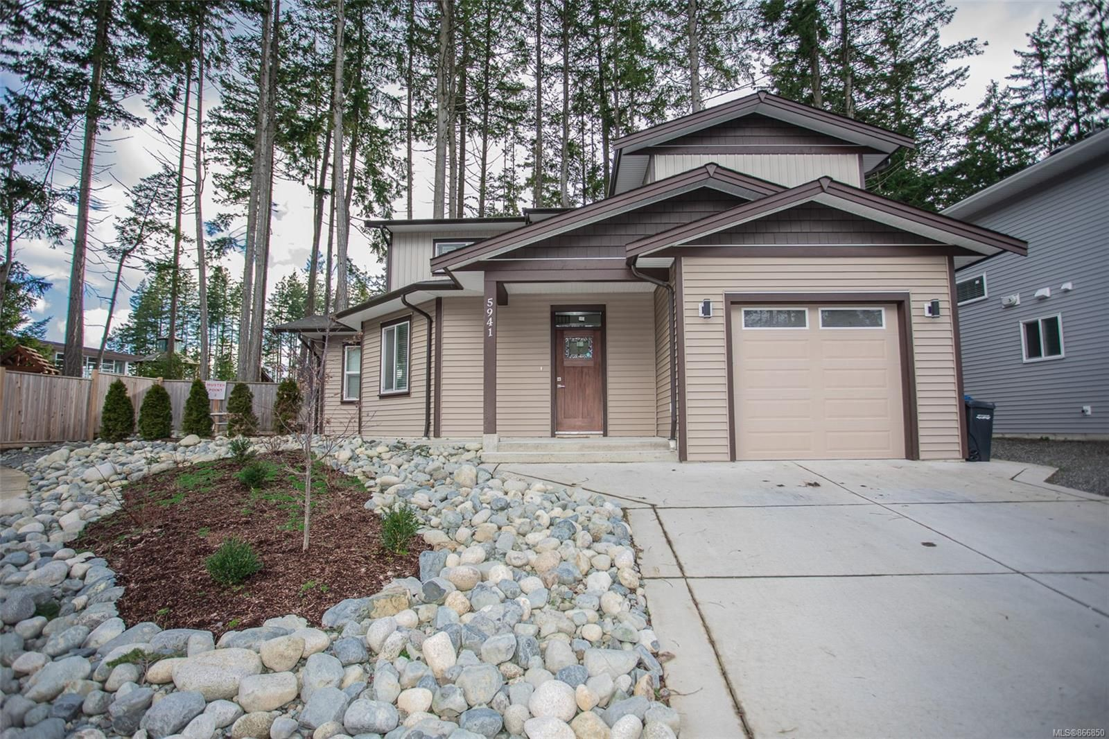Main Photo: 5941 Stillwater Way in : Na North Nanaimo House for sale (Nanaimo)  : MLS®# 866850