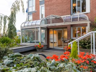 """Photo 32: 407 1551 MARINER Walk in Vancouver: False Creek Condo for sale in """"LAGOONS"""" (Vancouver West)  : MLS®# R2383720"""