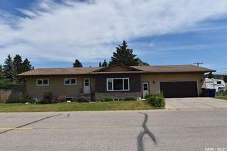 Photo 1: 300 Maple Road East in Nipawin: Residential for sale : MLS®# SK861172