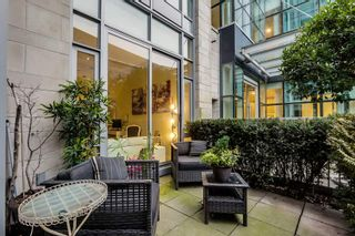 """Photo 2: 10 ATHLETES Way in Vancouver: False Creek Condo for sale in """"Kayak at the Village"""" (Vancouver West)  : MLS®# R2026611"""