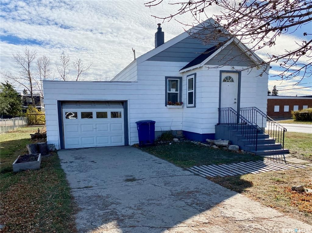 Main Photo: 319 Railway Avenue in Outlook: Residential for sale : MLS®# SK872424