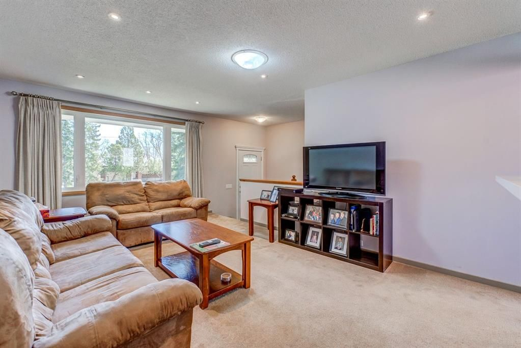 Photo 4: Photos: 499 Canterbury Drive SW in Calgary: Canyon Meadows Detached for sale : MLS®# A1107365