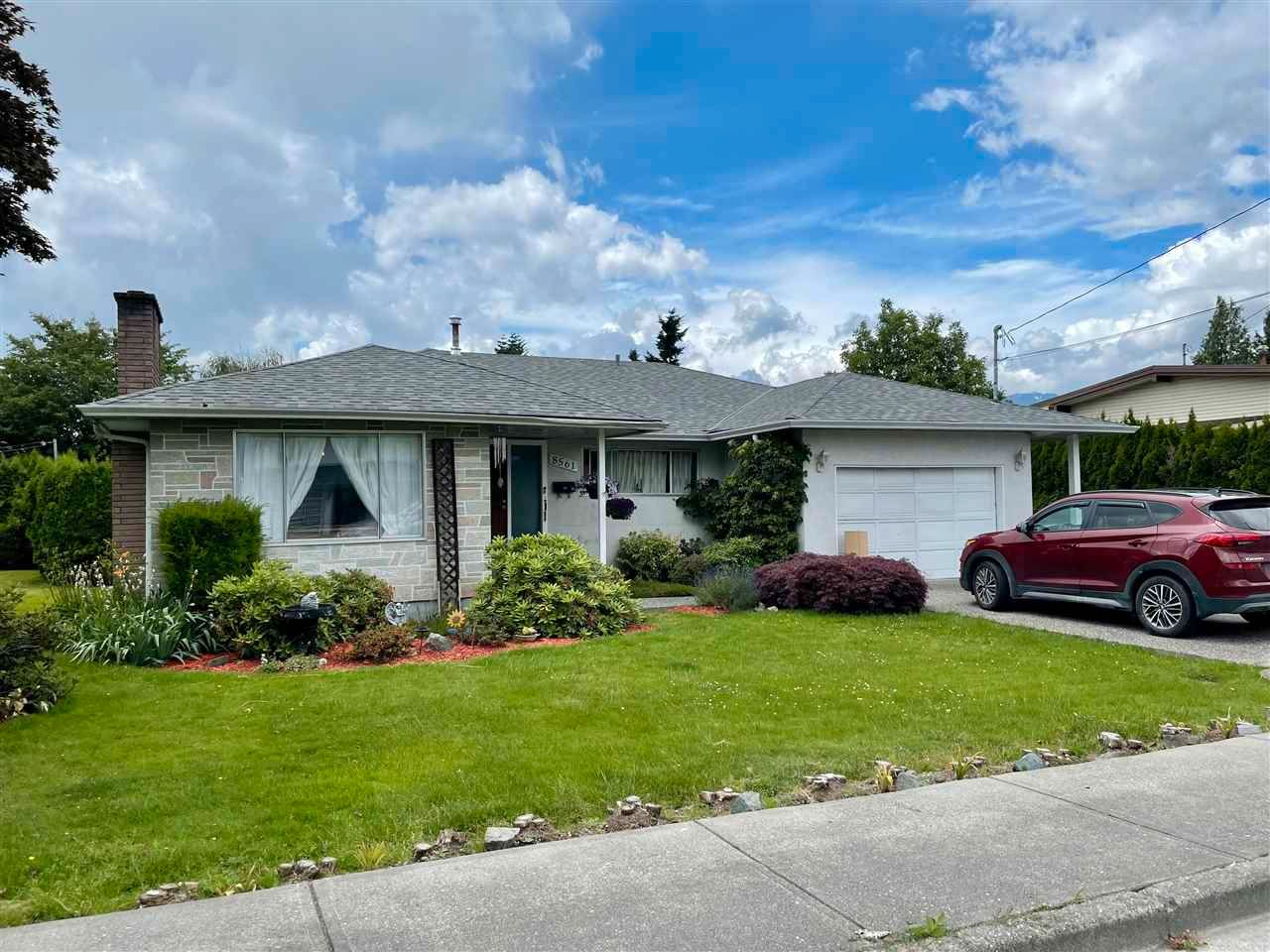 Main Photo: 8561 BROADWAY Street in Chilliwack: Chilliwack E Young-Yale House for sale : MLS®# R2593236