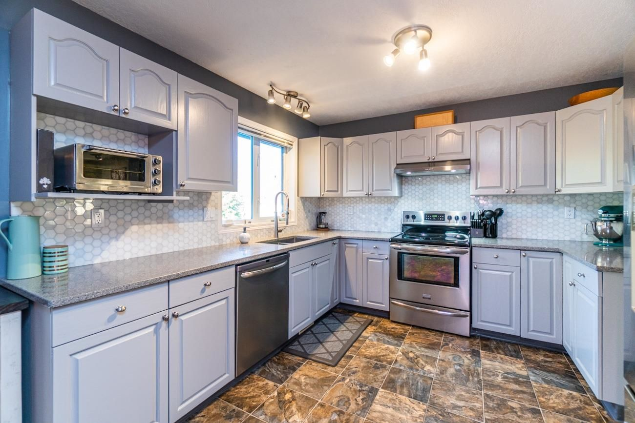 """Photo 8: Photos: 6872 ST ERICA Place in Prince George: St. Lawrence Heights House for sale in """"St Lawrence Heights"""" (PG City South (Zone 74))  : MLS®# R2617667"""