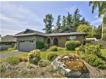 Main Photo: 739 E Viaduct Ave in VICTORIA: SW Royal Oak House for sale (Saanich West)  : MLS®# 581371