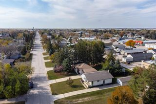 Photo 5: 821 Ashton Avenue in Beausejour: House for sale : MLS®# 202124144