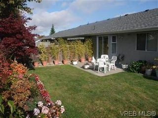 Photo 4: 14 2560 Wilcox Terr in VICTORIA: CS Tanner Row/Townhouse for sale (Central Saanich)  : MLS®# 588799