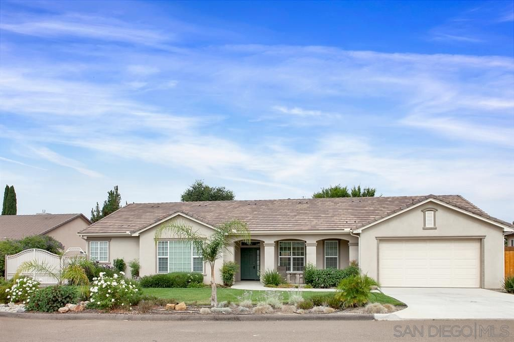 Main Photo: FALLBROOK House for sale : 3 bedrooms : 147 Kaden Ct