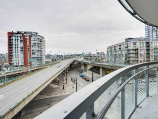 "Photo 4: 584 87 NELSON Street in Vancouver: Yaletown Condo for sale in ""THE ARC"" (Vancouver West)  : MLS®# R2542378"