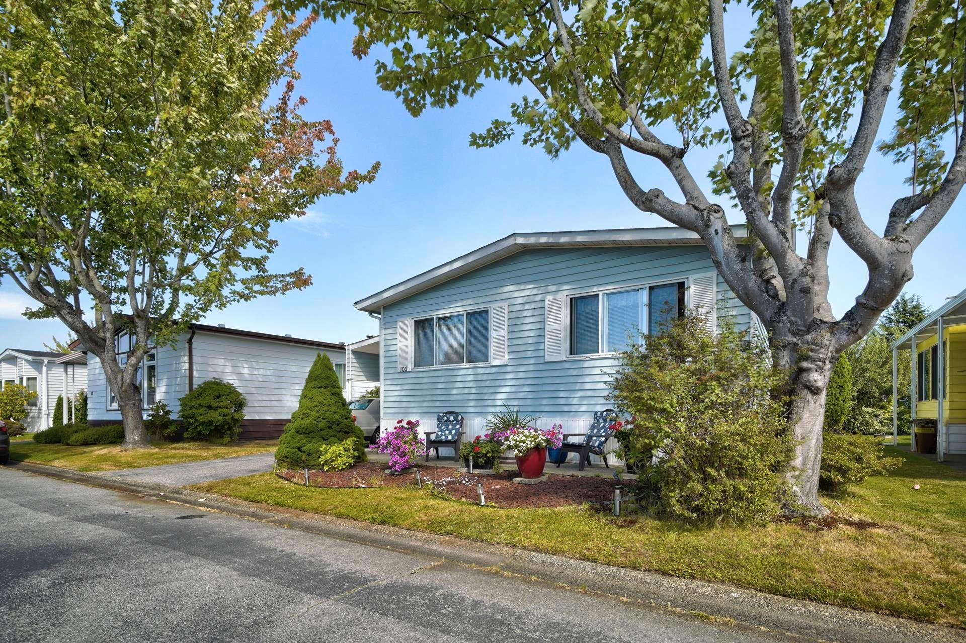 """Main Photo: 102 2303 CRANLEY Drive in Surrey: King George Corridor Manufactured Home for sale in """"SUNNYSIDE ESTATES"""" (South Surrey White Rock)  : MLS®# R2618060"""