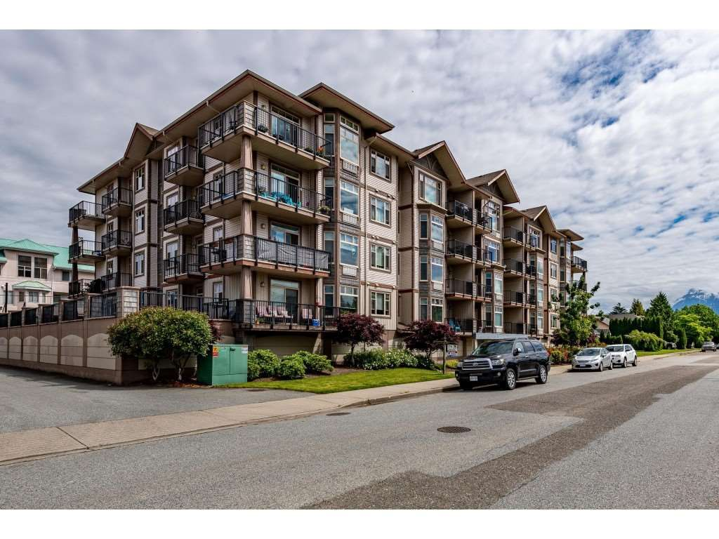 """Main Photo: 204 46021 SECOND Avenue in Chilliwack: Chilliwack E Young-Yale Condo for sale in """"The Charleston"""" : MLS®# R2461255"""