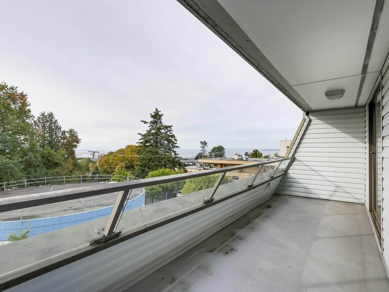 """Photo 2: Photos: 311 1341 GEORGE Street: White Rock Condo for sale in """"OCEANVIEW"""" (South Surrey White Rock)  : MLS®# R2381098"""
