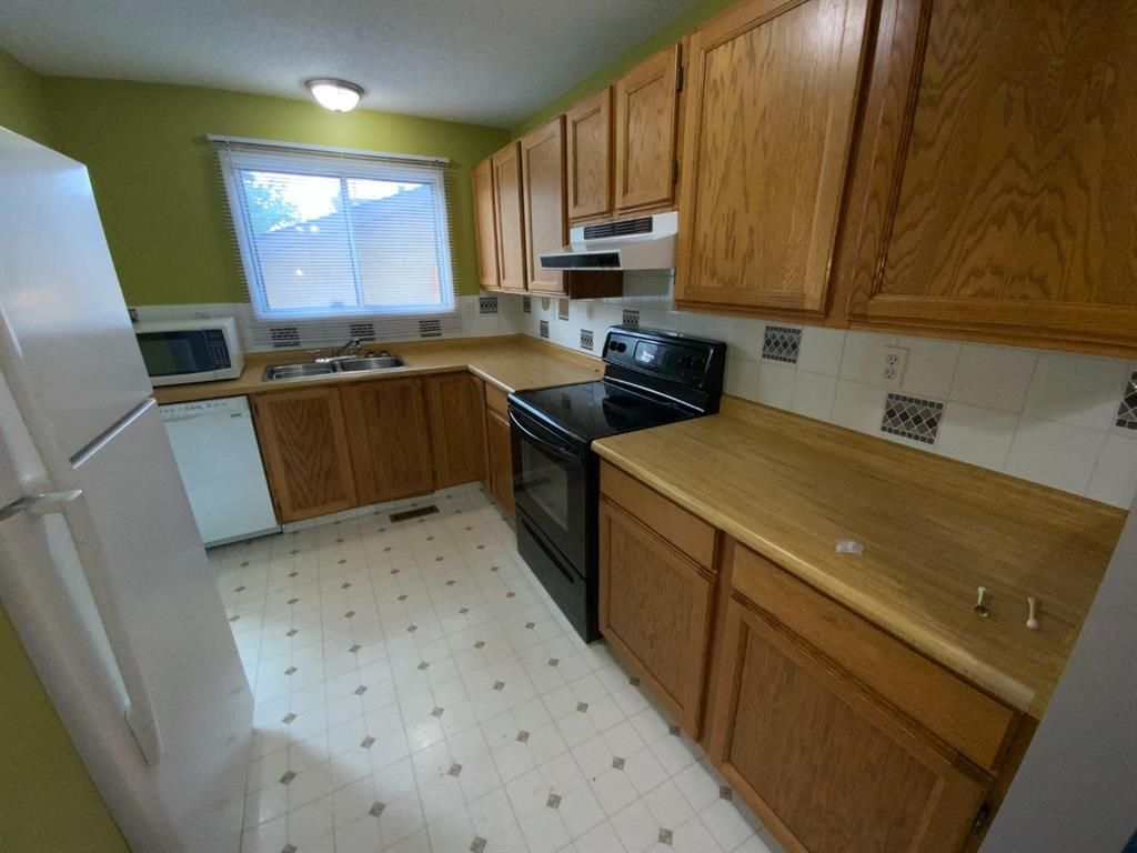 Photo 4: Photos: 290 Cornett Drive: Red Deer Row/Townhouse for sale : MLS®# A1132891