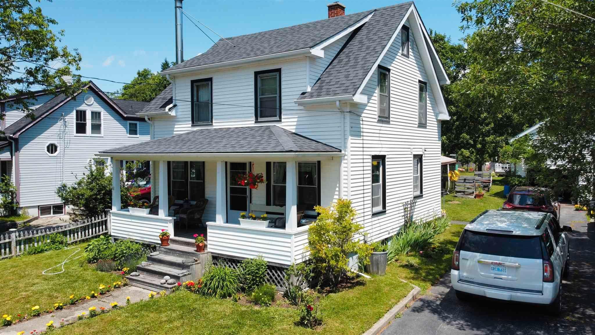 Main Photo: 196 Mowatt Street in Shelburne: 407-Shelburne County Residential for sale (South Shore)  : MLS®# 202118396