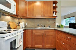 "Photo 10: 720 WESTVIEW Crescent in North Vancouver: Central Lonsdale Condo for sale in ""Cypress Gardens"" : MLS®# R2370300"