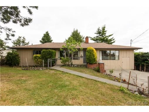 Main Photo: 2296 Edgelow St in VICTORIA: SE Arbutus House for sale (Saanich East)  : MLS®# 609935