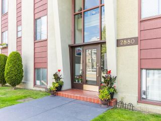 """Photo 3: 101 2880 OAK Street in Vancouver: Fairview VW Condo for sale in """"KINGSMERE MANOR"""" (Vancouver West)  : MLS®# R2597060"""