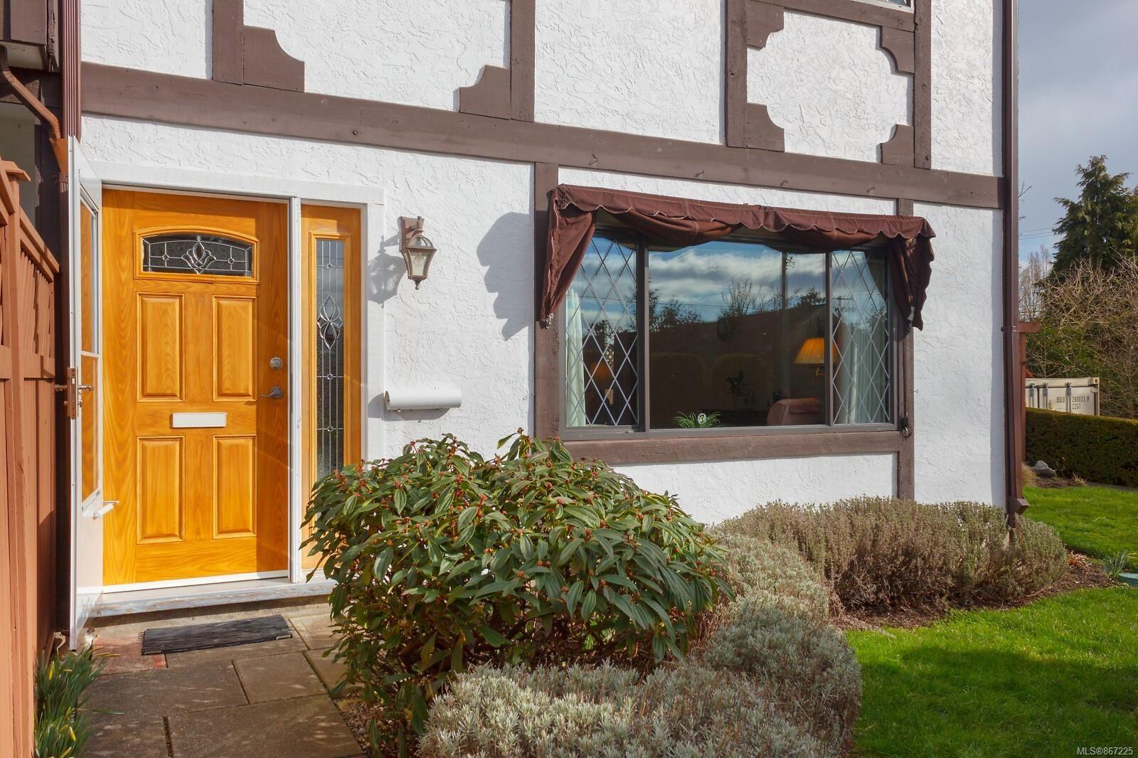 Main Photo: 3 3211 Shelley St in : SE Cedar Hill Row/Townhouse for sale (Saanich East)  : MLS®# 867225