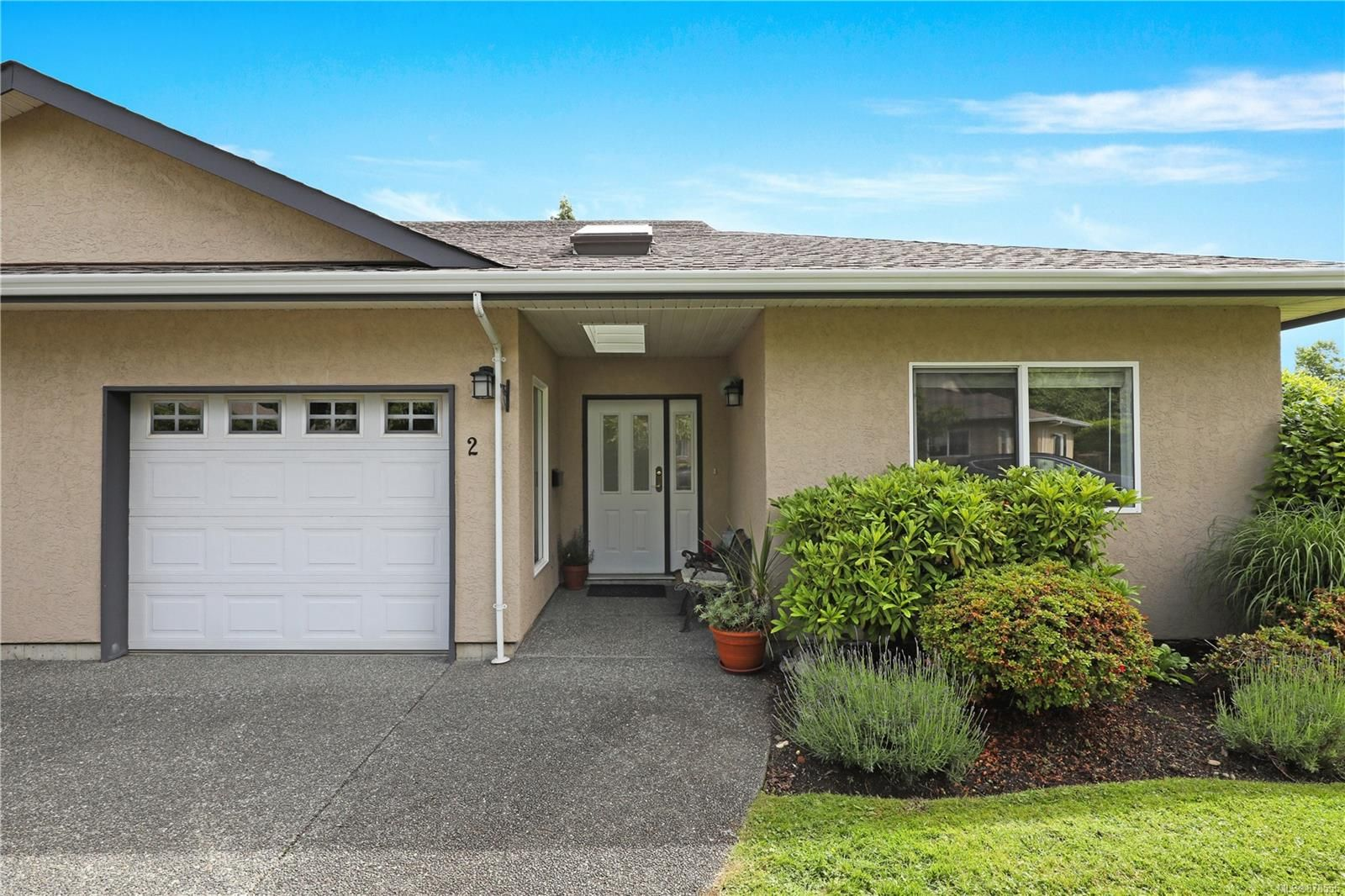 Main Photo: 2 352 Douglas St in : CV Comox (Town of) Row/Townhouse for sale (Comox Valley)  : MLS®# 878555