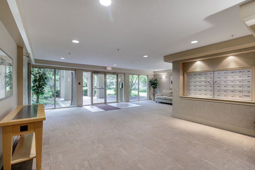 "Photo 4: Photos: 405 15220 GUILDFORD Drive in Surrey: Guildford Condo for sale in ""BOULEVARD CLUB"" (North Surrey)  : MLS®# R2530225"