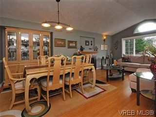 Photo 5: 4005 Santa Rosa Pl in VICTORIA: SW Strawberry Vale House for sale (Saanich West)  : MLS®# 596217