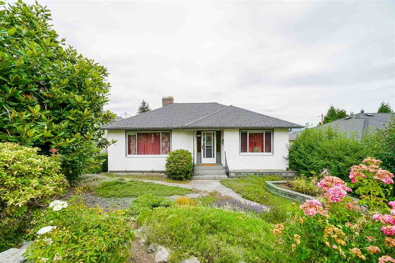 """Main Photo: 831 SURREY Street in New Westminster: The Heights NW House for sale in """"THE HEIGHTS"""" : MLS®# R2479316"""