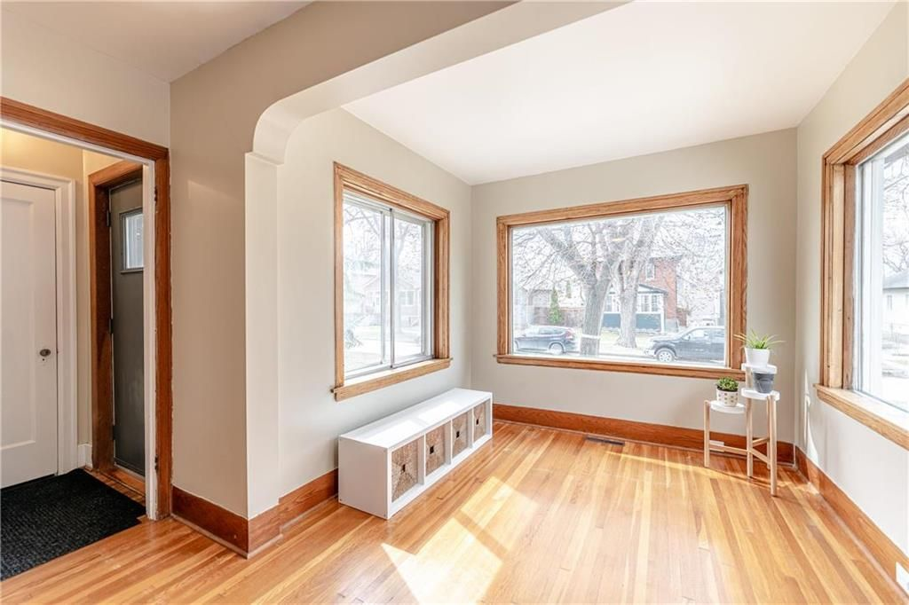 Photo 2: Photos: 292 Beaverbrook Street in Winnipeg: River Heights North Residential for sale (1C)  : MLS®# 202109631