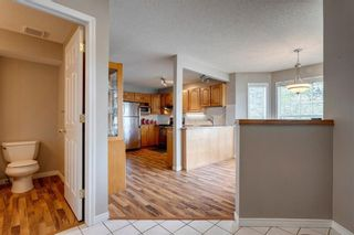 Photo 4: 33 SILVERGROVE Close NW in Calgary: Silver Springs Row/Townhouse for sale : MLS®# C4300784