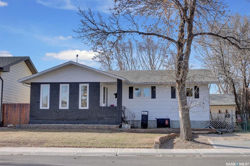 Main Photo: 103 Fuhrmann Crescent in Regina: Walsh Acres Residential for sale : MLS®# SK849311