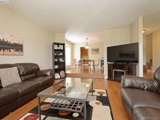 Photo 2: 1063 Hyacinth Ave in VICTORIA: SW Strawberry Vale House for sale (Saanich West)  : MLS®# 786596