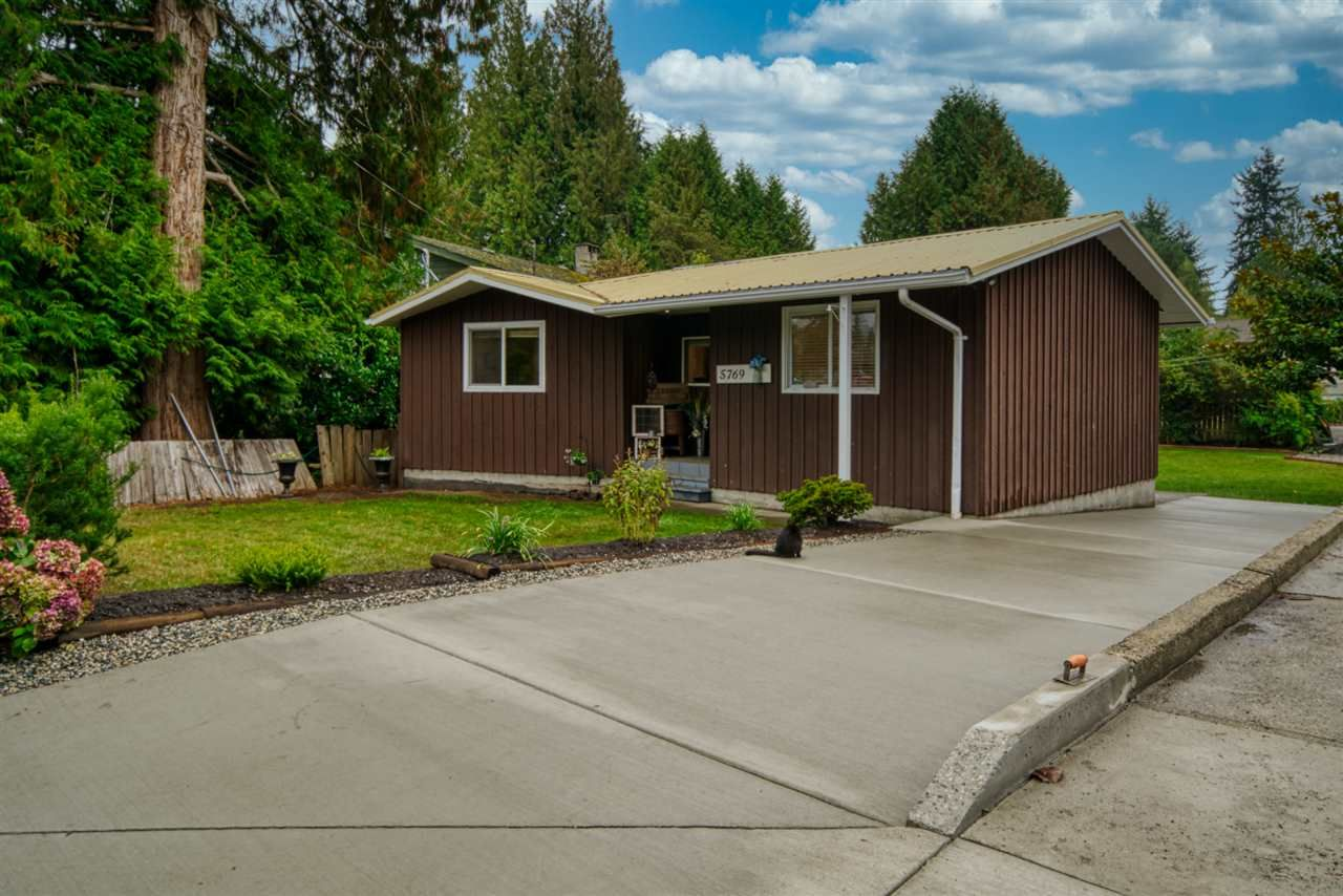 Main Photo: 5769 SURF Circle in Sechelt: Sechelt District Manufactured Home for sale (Sunshine Coast)  : MLS®# R2505527