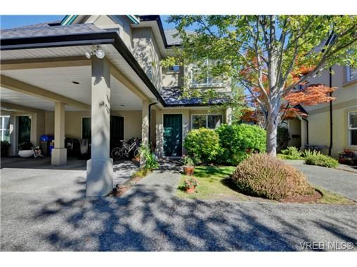 Main Photo: 4 2633 Shelbourne St in VICTORIA: Vi Jubilee Row/Townhouse for sale (Victoria)  : MLS®# 741791
